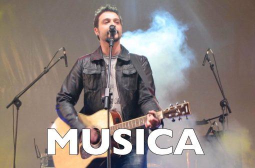 Mirco Dinamo con la chitarra